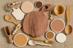 Piatti di legno dai tipi differenti di alberi e di campioni di colore Fotografie Stock