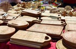 Piatti di legno fatti a mano - taglieri Terrecotte di Eco Fiera - una mostra dell'aria aperta piega degli artigiani immagini stock libere da diritti