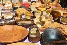 Piatti di legno fatti a mano Terrecotte di Eco Fiera - una mostra dell'aria aperta piega degli artigiani immagini stock