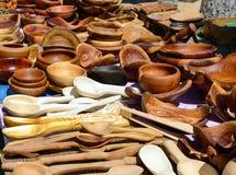 Piatti di legno fatti a mano Terrecotte di Eco Fiera - una mostra dell'aria aperta piega degli artigiani fotografia stock libera da diritti