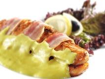 Piatti di pesci caldi - involucri della pancetta affumicata e della bistecca di color salmone Fotografie Stock Libere da Diritti