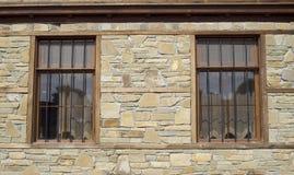 Piatti di pietra del rivestimento sulla parete con le finestre Fotografie Stock