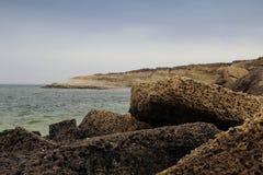 Piatti di pietra sulla costa Immagini Stock