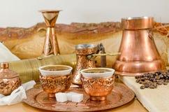 Piatti di rame e tazze del coffe immagine stock libera da diritti