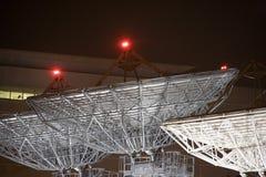 Piatti di telecomunicazione via satellite alla notte immagine stock libera da diritti