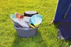 Piatti e piatti sporchi nel sole su un campeggio che aspetta per essere lavatoe su Fotografia Stock