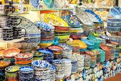 Piatti e tazze dipinti colorati luminosi Immagine Stock