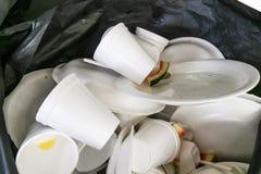 Piatti e tazze disposti poco amichevoli ambientali della schiuma di stirolo nel g Fotografia Stock Libera da Diritti
