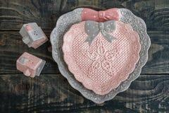 Piatti ed agitatori di sale decorativi svegli grigi e rosa immagine stock