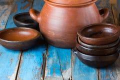 Piatti fatti a mano dell'argilla su vecchio fondo di legno fotografie stock libere da diritti