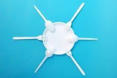 Piatti a gettare, forchetta e cucchiaio bianchi Fotografie Stock