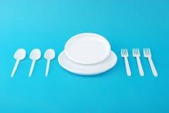Piatti a gettare, forchetta e cucchiaio bianchi Fotografia Stock Libera da Diritti
