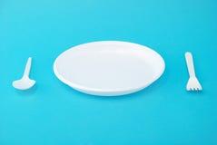 Piatti a gettare, forchetta e cucchiaio bianchi Fotografia Stock