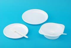 Piatti a gettare, forchetta e cucchiaio bianchi Immagine Stock