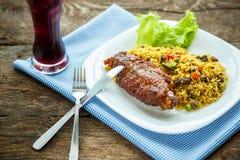 Piatti saporiti da carne di tacchino con le foglie dell'insalata e del riso e un g Fotografia Stock