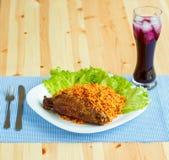 Piatti saporiti da carne di tacchino con le foglie dell'insalata e del riso e un g Immagini Stock