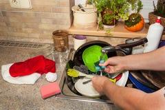 Piatti sporchi nel lavandino dopo le celebrazioni di famiglia Pulizia domestica la cucina Piatti stipati di nel lavandino housewo Fotografia Stock Libera da Diritti