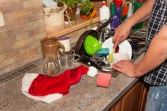 Piatti sporchi nel lavandino dopo le celebrazioni di famiglia Pulizia domestica la cucina Piatti stipati di nel lavandino housewo Fotografie Stock