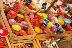 Piatti sul contatore nel mercato Ceramica per la casa, piatti, Fotografia Stock Libera da Diritti