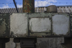Piatti sulla vecchia superficie di metallo Immagini Stock Libere da Diritti