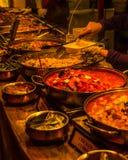 Piatti taglienti e orientali cucinati in pentole fotografia stock libera da diritti