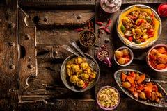 Piatti tradizionali di Tajine sulla vecchia Tabella di legno Fotografia Stock