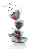 Piatti variopinti e tazze con i chicchi di caffè Immagine Stock Libera da Diritti