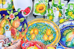 Piatti variopinti tradizionali della ceramica su esposizione in Ravello immagine stock
