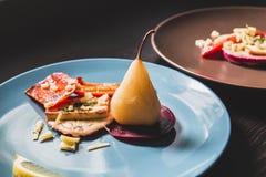 Piatti vegetariani con le pere su due piatti Fotografie Stock