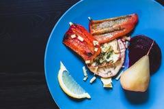 Piatti vegetariani con le pere sui piatti Fotografia Stock Libera da Diritti
