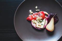 Piatti vegetariani uno con le pere sui piatti Immagini Stock