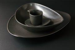 Piatti vuoti neri con la tazza di caffè, regolazione del piatto Fotografie Stock Libere da Diritti