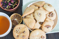 Piattino con i biscotti casalinghi e una tazza di tè nero fragrante Fotografia Stock Libera da Diritti