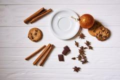 Piattino e spuntini sulla tavola sulla tavola del nuovo anno Immagini Stock Libere da Diritti