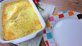 Piatto al forno della tortiglia kitsch cremosa con il formaggio della mozzarella e della carne macinata per una cena della famigl fotografie stock
