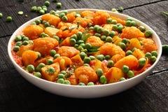 Piatto-Aloo indiano Gobi del curry matar Immagine Stock Libera da Diritti