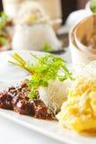 Piatto asiatico con manzo, le tagliatelle e le verdure immagine stock
