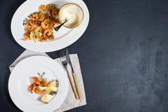 Piatto bianco con i gamberetti fritti di re su fondo nero con spazio per testo fotografie stock libere da diritti