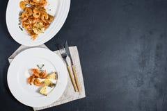 Piatto bianco con i gamberetti fritti di re su fondo nero con spazio per testo fotografia stock