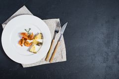 Piatto bianco con i gamberetti fritti di re su fondo nero con spazio per testo fotografie stock