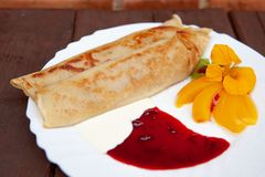 Piatto bianco con i pancake dolci fotografia stock libera da diritti