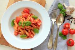 Piatto bianco con la pasta degli spaghetti in salsa al pomodoro con basilico fresco Immagine Stock Libera da Diritti