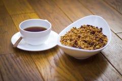 Piatto bianco con la tazza ed il piattino di bianco di fiocchi fotografie stock libere da diritti