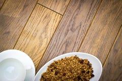 Piatto bianco con la tazza ed il piattino di bianco di fiocchi fotografia stock