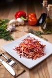 Piatto bianco con un'insalata della mela, della carota e della barbabietola Fotografie Stock