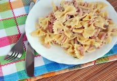 Piatto bianco del carbonara della pasta con il prosciutto Fotografie Stock Libere da Diritti