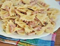 Piatto bianco del carbonara della pasta con il prosciutto Fotografia Stock Libera da Diritti