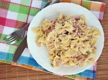 Piatto bianco del carbonara della pasta con il prosciutto Immagini Stock Libere da Diritti