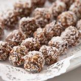 Piatto bianco in pieno delle palle crude deliziose della proteina Immagini Stock
