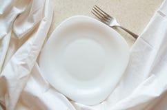 Piatto bianco a quadrangolo pulito vuoto con la forcella d'argento su fondo bianco Fotografia Stock Libera da Diritti